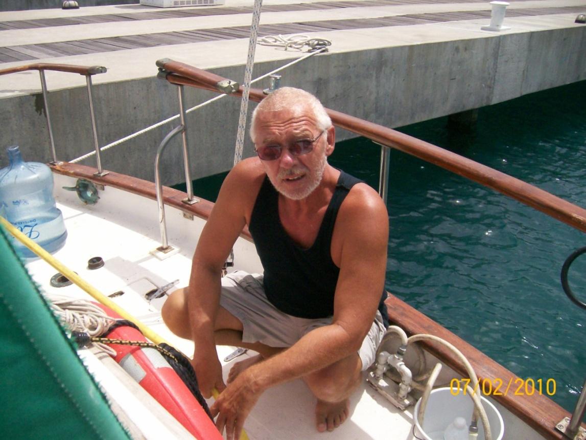 Муж на яхте снимает на камеру свою жену